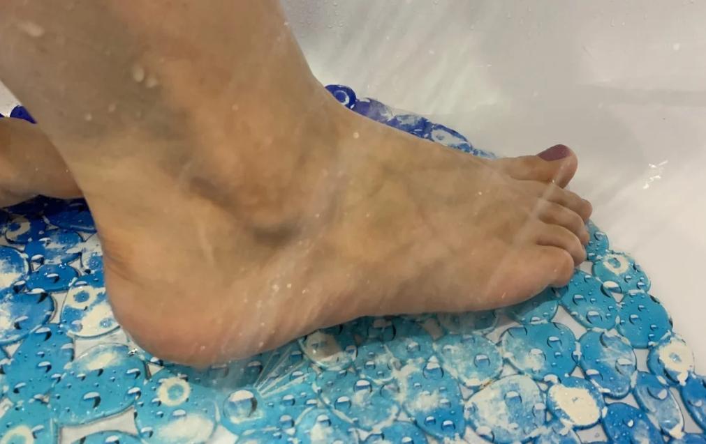 Во время посещения бани, а также дома, поочередно обливайте ступни холодной и горячей водой.