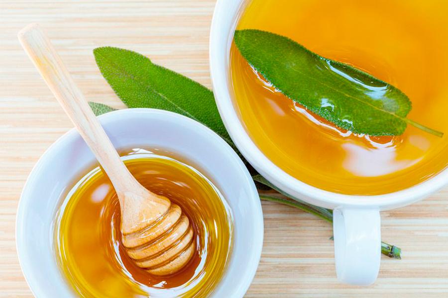 Если хочется больше расслабиться, можно добавить в чашу немного меда. Он не только окажет успокаивающий эффект, но и усилит благотворное влияние зеленого чая.